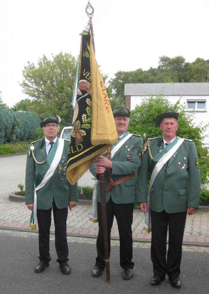 Stolz präsentieren die Fahnenträger unsere Vereinsfahne