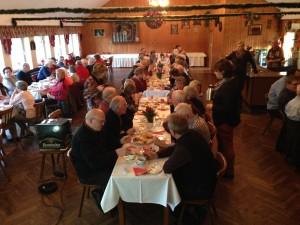 Weihnachtliches Beisammensein im Saal der Gaststätte Heidekrug.