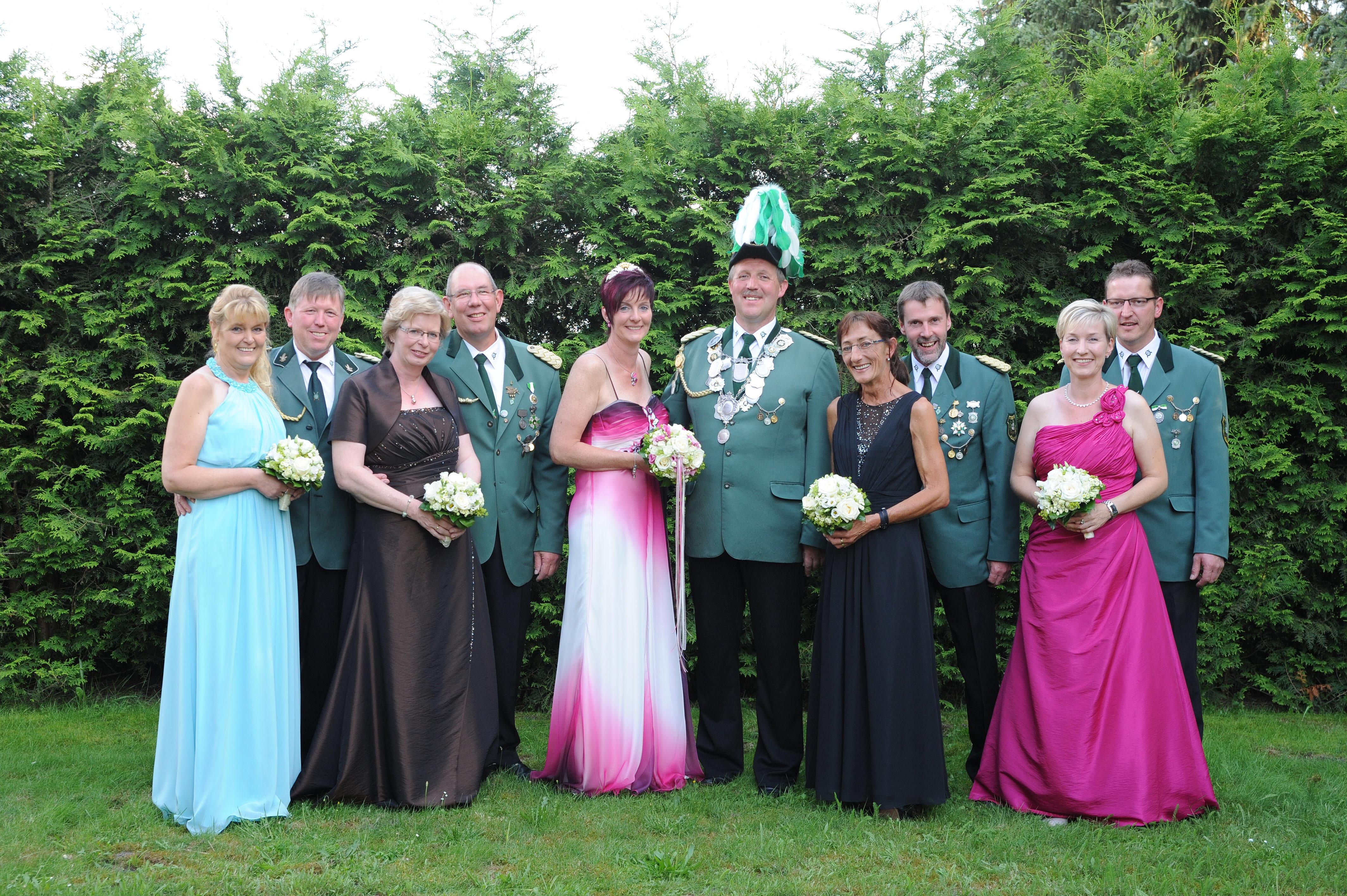 Von links: Hermann und Theresia Hartmann, Reinhold und Elisabeth Lemper, König Martin und Königin Inka Lemper, Heinz-Hermann und Monika Völlering, Rainer und Kerstin Hessel.